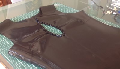 Wat heb je nodig om latex kleding te maken?