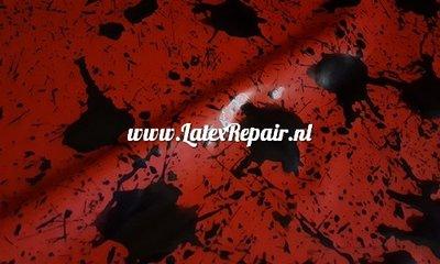 Latex sheet met spetters rood zwart om zelf latex kleding te maken ipv te kopen voor Halloween of Cosplay 01
